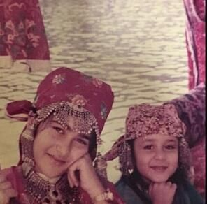 Kareena with her sister in this adorable childhood moment