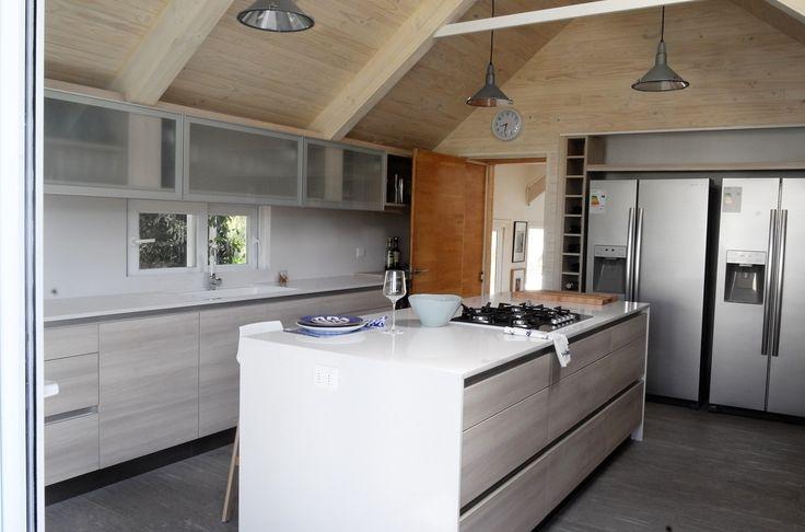 Cocina estilo nordico con cubiertas de silestone.