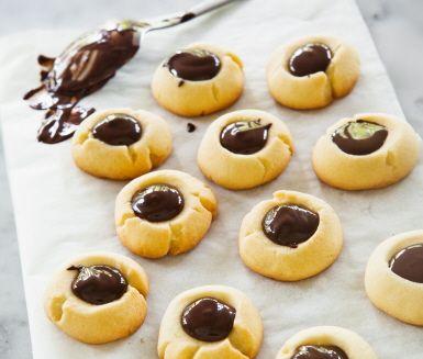 Minttoppar är en kakvariant av populära julgodiset mintkyssar. En kaka med frisk smak av pepparmint från pepparmyntsolja i fyllningen av mörk choklad. Fräscha småkakor till adventsminglet, kaffet efter julbordet eller att slå in som en ätbar julklapp när du går bort på fest.