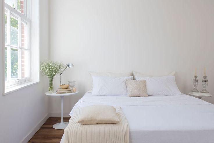 FREY. Una línea para subrayar: Tejidas en 180 hilos de puro algodón, las sábanas de arriba tienen un vivo de color que contrasta con los motivos delicados de la tela, componiendo un dibujo sin estridencias.