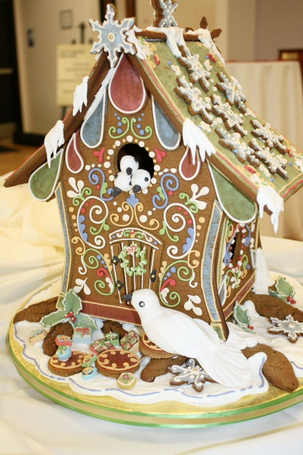 A *Very* Pretty, Gingerbread Bird House!  I've never made a ginger bread house but this site has fabulous ones!