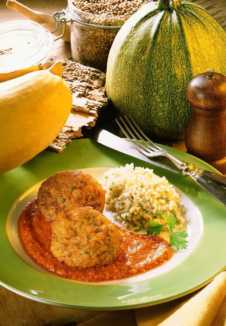 Kürbisbällchen auf Tomatensauce | Zeit: 40 Min. | http://eatsmarter.de/rezepte/kuerbisbaellchen-auf-tomatensauce