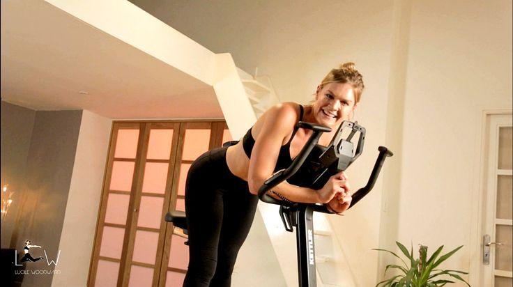 Apprenez à mélanger cardio et renforcement musculaire sur vélo d'appartement en 15 minutes de vidéo avec Lucile Woodward, Coach Sportif diplômée d'état.