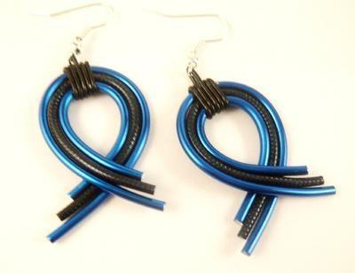 Handgemaakte oorbellen van aluminium draad! Kijk op de website van feliva voor meer sieraden
