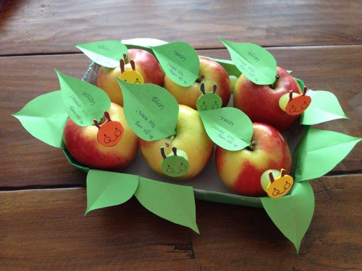 Traktatie Rupsje Nooitgenoeg - DIY met appel en druif