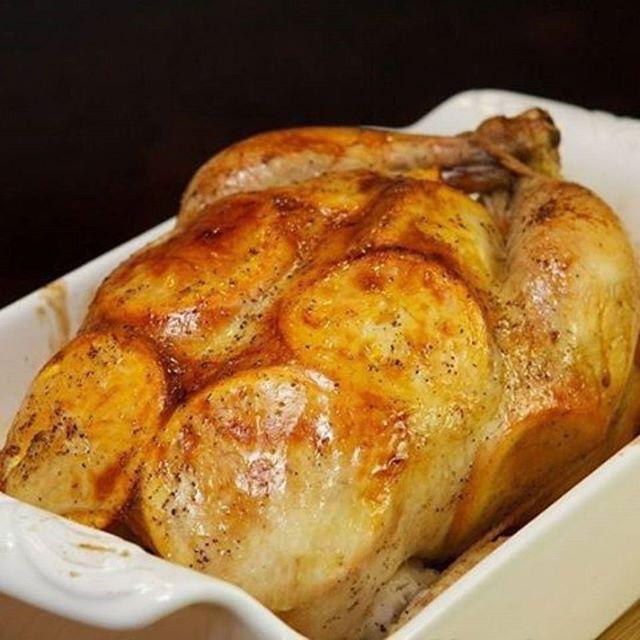 Курица, запеченная с апельсинами. на 100грамм - 150.27 ккал Б/Ж/У - 12.06/10.36/2.32  Ингредиенты: 1 целая курица весом 1,2-1,5 кг 3-4 средних апельсина 4-5 зубчиков чеснока молотый черный перец соль по вкусу  Приготовление: 1. Помойте курицу и апельсины. Разогрейте духовку до 180С. 2. Положите курицу в форму для выпечки, натрите солью и молотым черным перцем внутри и снаружи. 3. Нарежьте апельсины кружками. Если Вам не нравится вкус цедры, то предварительно очистите апельсины. 4. Аккуратно…