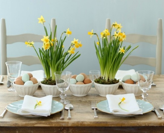 eggs in bowls, simple and prettyTables Sets, Easter Centerpieces, Kitchens Tables, Easter Tables, Tables Centerpieces, Daffodils, Dinner Tables, Tables Arrangements, Tables Decor