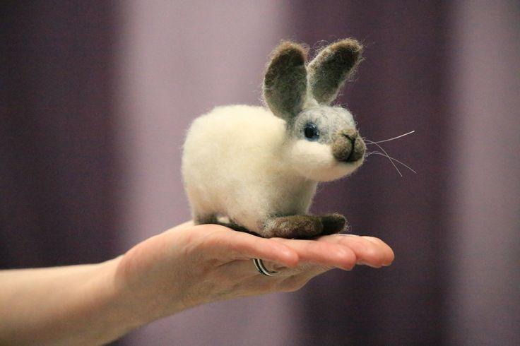 Боник. Валяный из шерсти белый пушистый кролик. Крольчонок выполнен в технике сухое валяние из натуральной овечьей шерсти. Боник добрый и послушный кролик, очень привязчив и ласков Любит посидеть на ручках, чтобы его погладили. Он никогда не начнет хулиганить, не сгрызет ваши провода или обои. Хозяина кролик выбирает из членов семьи сам - кто больше уделяет ему внимания, балует. 4900 руб. Подробнее…