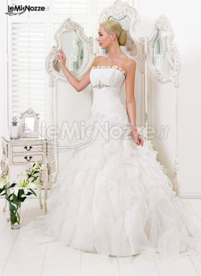 http://www.lemienozze.it/gallerie/foto-abiti-da-sposa/img35297.html Abito da sposa senza spalline con gonna ampia