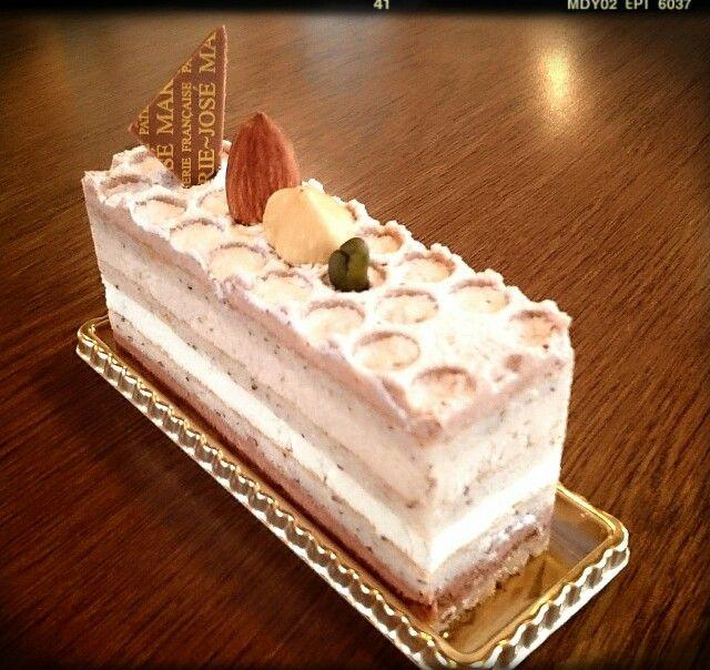 マルジョレーヌ                                      ¥410(380) ヘーゼルナッツが豊かに香る生地に 3種類のクリームを重ねました!