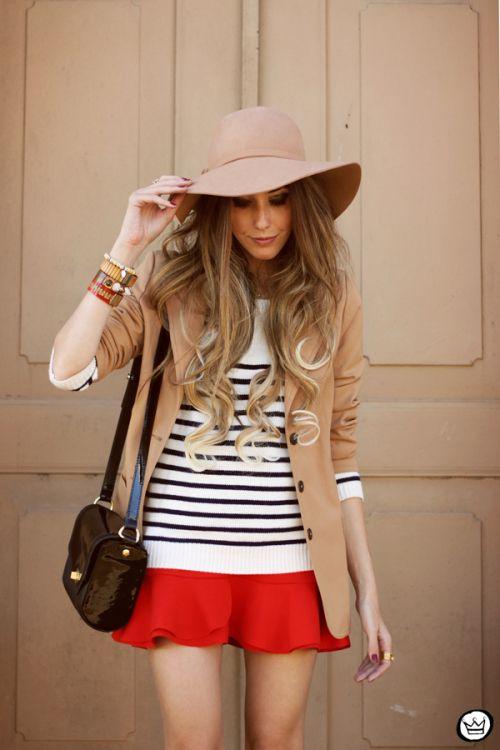 Look para o inverno: blazer + blusa de listras + saia vermelha+ chapéu = amor