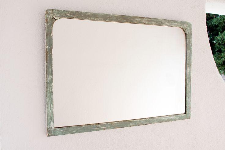 Espejo horizontal con marco de madera natural curvado en la parte superior-interior, pintado con acrílico verde y rayada con efecto envejecido.