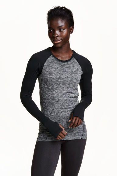 Seamless sportshirt: Een sportshirt van sneldrogend, functioneel materiaal met lange mouwen met een duimopening onderaan. Seamless.