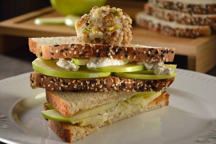 Delicioso sándwich de manzana verde con queso crema, con una rica bola de helado de frutos secos. Es el postre ideal, servido en unas ricas rebanadas de Pan Oroweat® Butter Milk. Es una receta perfecta para los más pequeños de la casa.