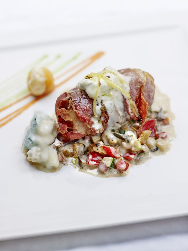 Roulé de veau au gorgonzola et abricots secs en robe de poitrine fumée. Publié par Gorgonzola. Retrouvez toutes ses recettes sur youmiam.com.