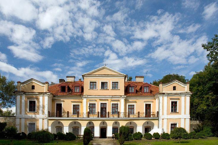 Dwór w Zbożennej wybudowany w XVIII wieku przez starostę Karola Szydłowskiego.  Obecnie dwór pełni funkcje hotelowe.