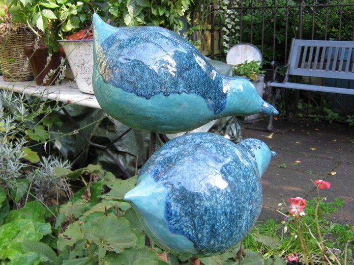 Keramieke vogels op pin