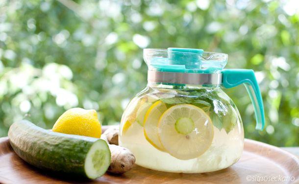 sass water  - 2 litros de água - 1 colher (chá) de gengibre moído na hora - 1 pepino médio descascado e cortado em fatias finas - 1 limão médio cortado em fatias finas - 12 folhas de hortelã