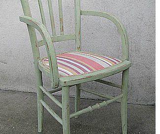 Rafraichir des chaises des années 50 au look vieillot  ? Un exemple de réalisation avant/après en pas à pas. Au final : bois brut et peinture blanche satinée.
