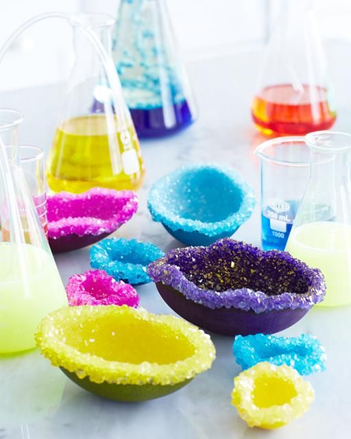 Experiment - Kristalle züchten; Einfach Bittersalz mit Farbe und Wasser anrühren und ein paar Tage stehen lassen