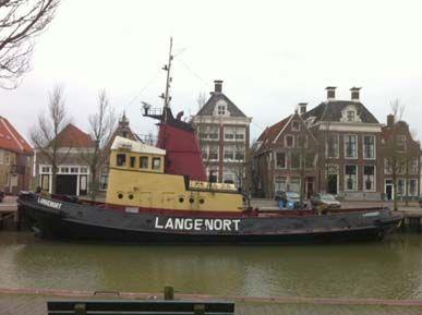 Sleepboot/ #appartement 'Langenort' aan wal op de #Noorderhaven in Harlingen.