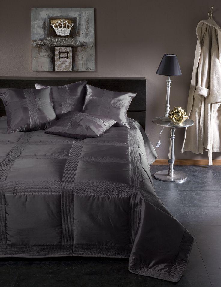 Met dit sprei Montana van Damai is uw bed een eyecatcher in uw slaapkamer. Deze sprei van mooie satijn-polyester is in grote vlakken doorgestikt, en krijgt hierdoor een luxueuze uitstraling. De kussens zijn los verkrijgbaar. #chic #bedroom #luxe