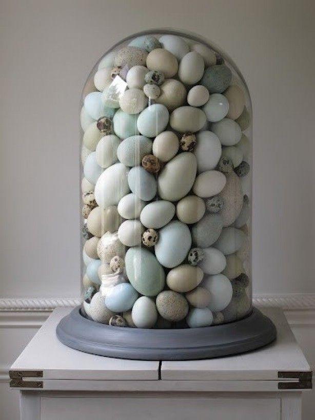 Doe eens (namaak of lege) eitjes onder een stolp. Leuk voor een naturel interieur.