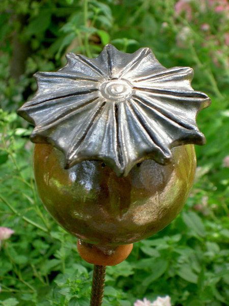 Gartenstecker Mohnkapsel aus Keramik von ZAUNKOENIGIN auf DaWanda.com