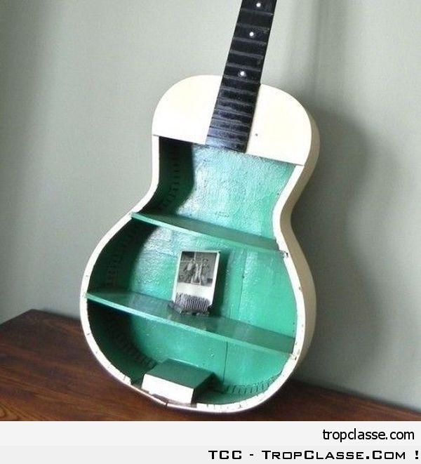 Guitare recyclée en étagère