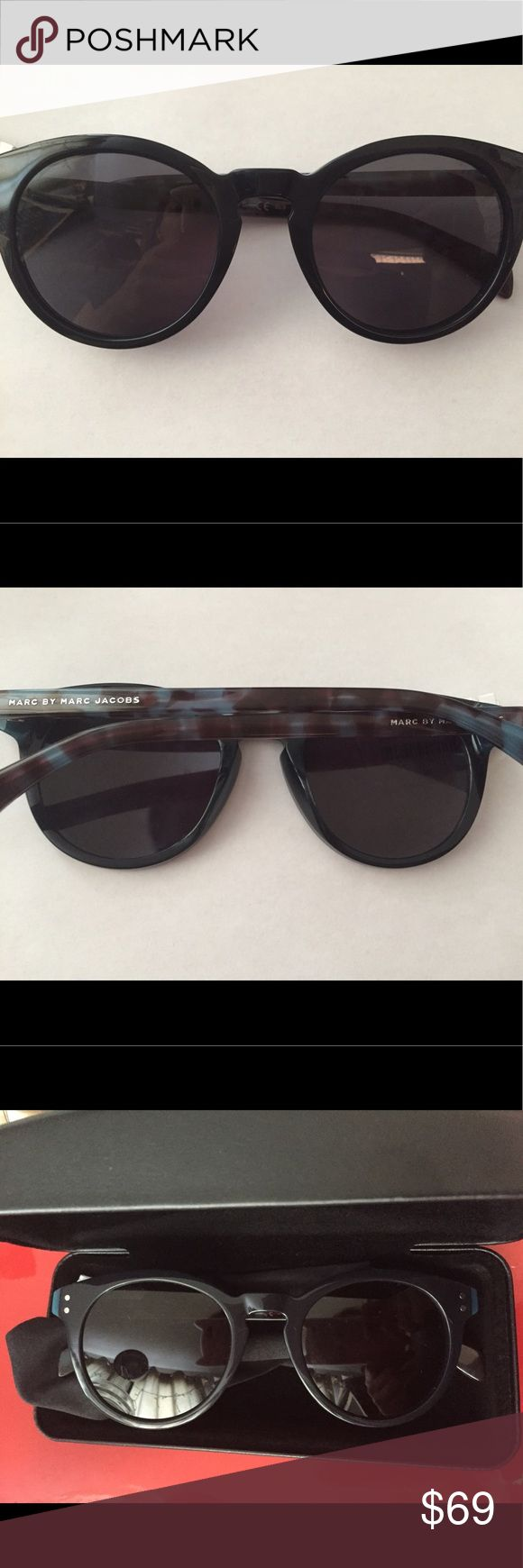 Marc Jacobs Round Women's Sunglasses Brand new Marc Jacobs round navy sunglasses. Structured and sophisticated, these modern round shaped glasses add a polished look to any outfit. A light material and construction allow for a great level of comfort and everyday wear.  Features •Double j logo on inner side of temple tips  It doesn't have its original case but I will send it with a different case. Marc Jacobs Accessories Sunglasses
