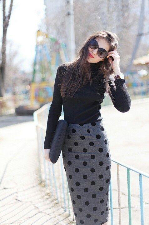 Un buen look para ir al trabajo Una falda de tubo a lunares y bolso a juego, un top negro, gafas de Sol y maquillaje discreto, puede ser tu estilismo de diario para ir a la oficina en estos días de otoño. Foto: eslamoda
