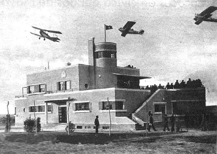 Primera terminal con la que contó el Aeropuerto de Barajas, el día de su inauguración, en 1931. Hemeroteca de la Biblioteca Nacional (Madrid) El aeródromo fue proyectado en 1929 para suplir a los de Alcalá, Carabanchel y Getafe. Fue inaugurado el 30 de abril de 1931, pero aún hubo que esperar dos años para que comenzasen las operaciones comerciales regulares. La primera pista asfaltada no llegaría hasta 1944.