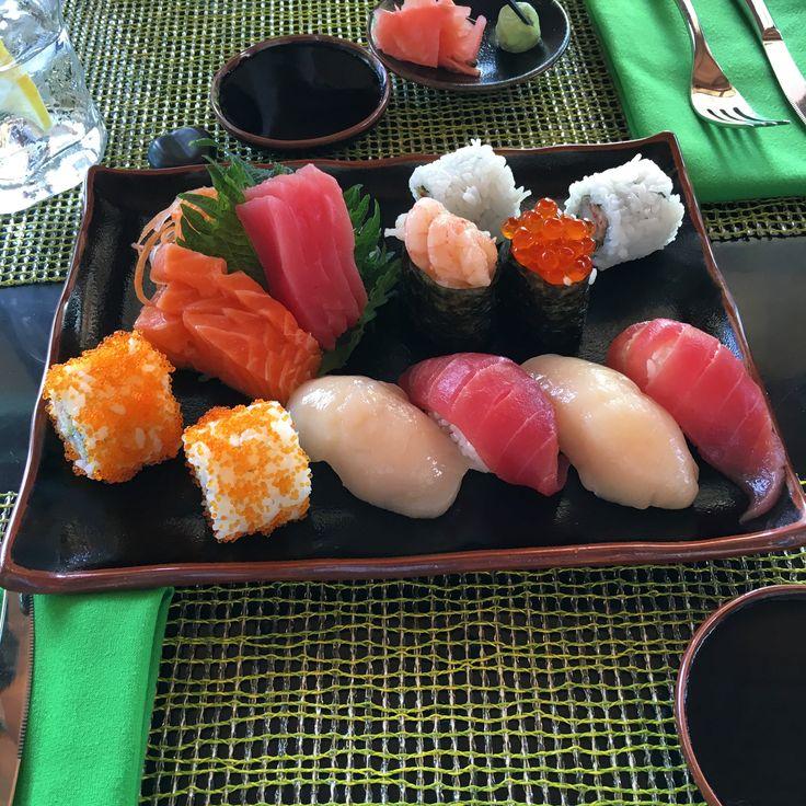 Приготовление роллов и суши не составит для вас труда, если вы будете следовать инструкциям, соблюдать пропорции, правильно подберете все расходные ингредиенты. Роллы – любимое и национальное блюдо японцев. Блюдо, о котором знают во всем мире. Но вот как правильно приготовить вкусные роллы, знают не все. Приготовление роллов – это целое искусство и величина фантазий. Данная статья раскроет все тонкости и технику приготовления.