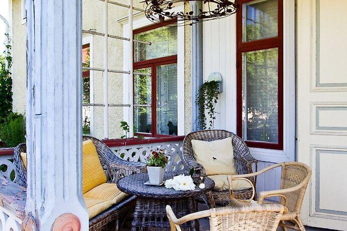 vinröda fönsterkarmar (L)  Balkong/uteplats - Saltsjöbaden - Solsidan