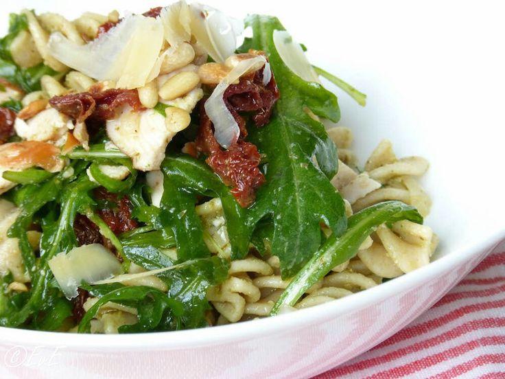 Heerlijke zomerse salade 2/3 personen: 250gr fusilli Rode ui Zakje rucola 3 eetlepels groene pesto 1/2 potje zongedroogde tomaatjes Gerookte kip 50 gr pijnboompitjes Parmezaanse kaas