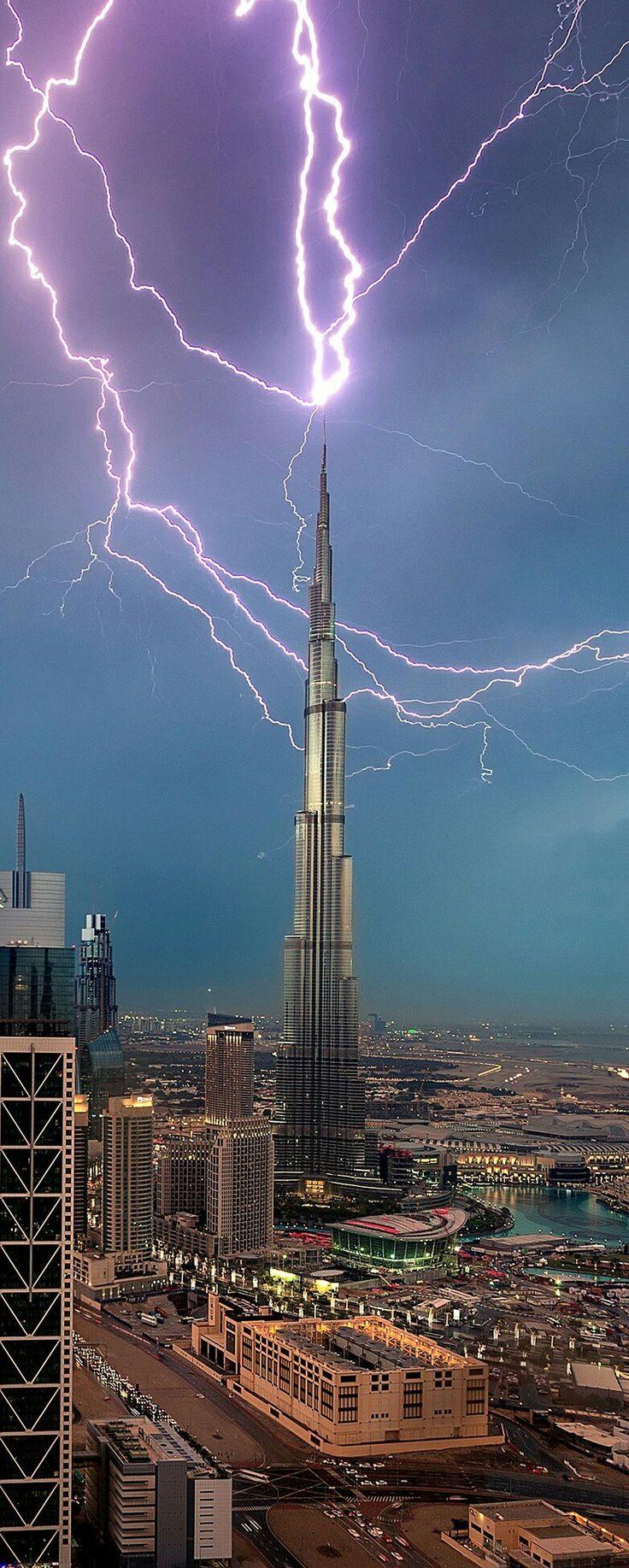 Een van de vele torens in Dubai zijn uitgerust met een speciale bliksemafleider, het gebeurt dus ook niet vaak dat dit gebeurt. 19:30 7/03