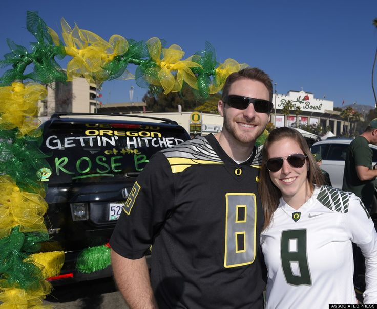 #weddingnews Oregon Fans Get Married In Rose Bowl Parking Lot Because They're 'Big Football Fans' http://www.huffingtonpost.com/2015/01/01/oregon-fans-married-wedding-rose-bowl_n_6404380.html?utm_hp_ref=weddings&ir=Weddings
