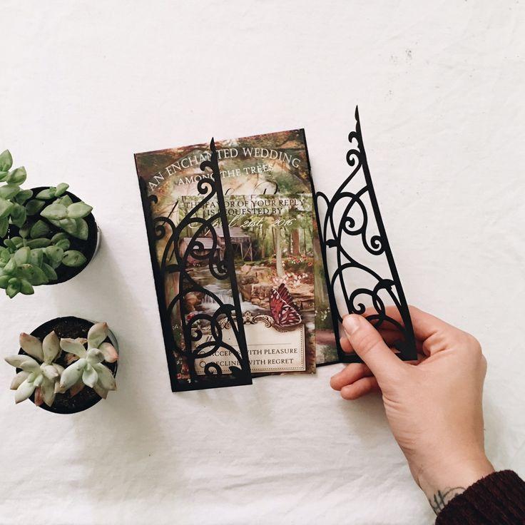 Bosque encantado jardín secreto invitación de la boda  Mirar a través de la puerta madera en el bosque encantado. Mariposas, flores exuberantes, arroyo Rumoroso e incluso una noria establecen el tono para una boda mágica.  Si usted necesita una pieza extra para que coincida con su invitación, como una tarjeta de instrucciones, o un Información de la tarjeta por favor mandame un mensaje y con gusto haré un listado personalizado con cualquier piezas adicionales que usted no ve en mi tienda…