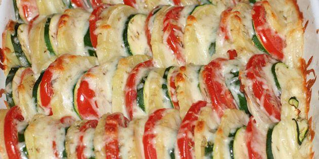 Grøntsagsfad med smeltet ost på toppen.