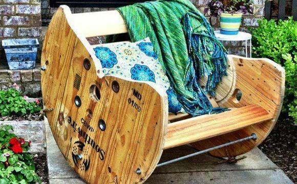 Bobina de cabo de aço foi transformada em uma cadeira de balanço (Foto: Reprodução/Sofá de Ideias)