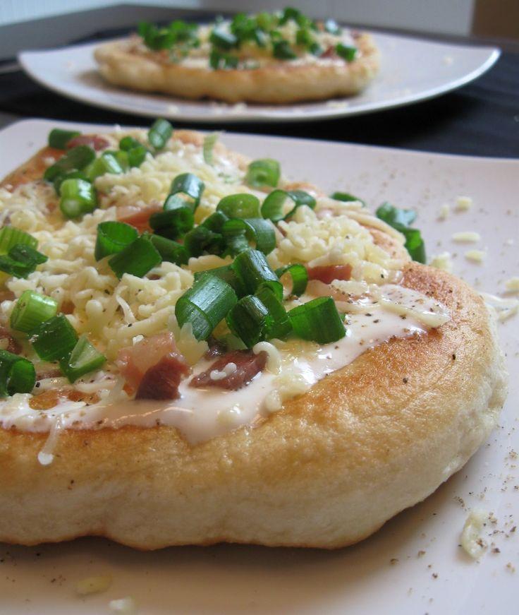 Küchenzaubereien: Lángos mit Käse und Speck