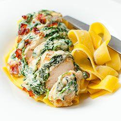 Filety z kurczaka zapiekane pod kremowym sosem szpinakowym | Kwestia Smaku