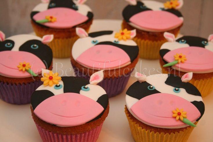 Koeien cupcakes als schooltraktatie, passend in het thema van de verjaardagstaart (zie Kindertaarten (3D))