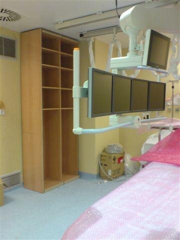 Interiores de armarios en melamina de haya en quirófano del Hospital Macarena