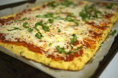 Meninas, nesse site tem o passo a passo em inglês da pizza feita com crosta de couve-flor. Trouxe para cá com uma tradução tosca do google...