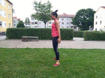 1.Namn på övningen: Knäböj Gört: Stå upprätt och höftbrett, med rak rygg lätt och anspänd bål, sänkta axlar och blicken fixerad rakt fram. Tänk dig att du sätter dig på en osynlig stol (utan sittdyna/viloläge) och bromsa när du böjt knäna till nittio gradig vinkel. Håll emot på nervägen och skjut upp. Upprepa övningen cirka 10-15 gånger utan att vila. Här ska det ta: Denna övning tränar i huvudsak framsida lår och sätesmusklerna.