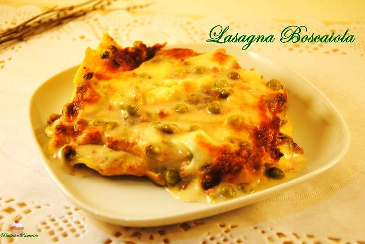 La Lasagna Boscaiola è veramente un tripudio di sapori: immaginate un velluto di besciamella su cui sono adagiati deliziosi funghi e golosa salsiccia, il tutto accompagnato da dolcissimi piselli.