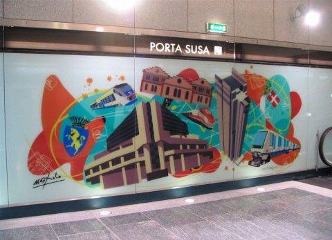 Vetrofania presente alla stazione della metropolitana Porta Susa di Torino, firmata da Ugo Nespolo per GTT.