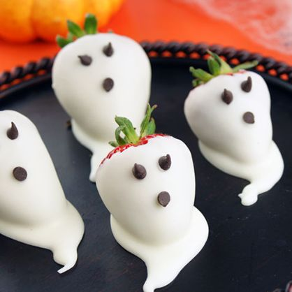 Halloween Dessert: Chocolate covered strawberry ghosts