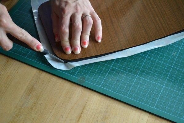 coller vinyle autocollant sur dossier chaise formica, le pas à pas sur le blog